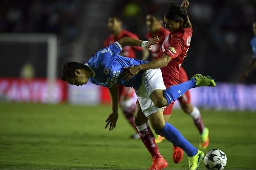 Erick Torres (in blue) during his time with Cruz Azul in 2016 | Source: Yuri Cortez - AFP/Getty Images