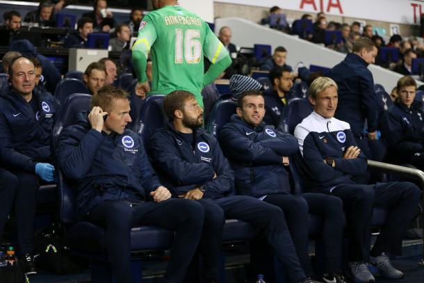 Joaquín Gómez (segundo por la izquierda y Nathan Jones (tercero por la izquierda)  fueron ayudantes de Sami Hyppia durante un año en el Brighton | Foto: BHAFC