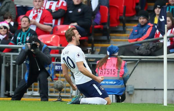 Kane celebra uno de sus goles con su afición. Foto: Getty Images