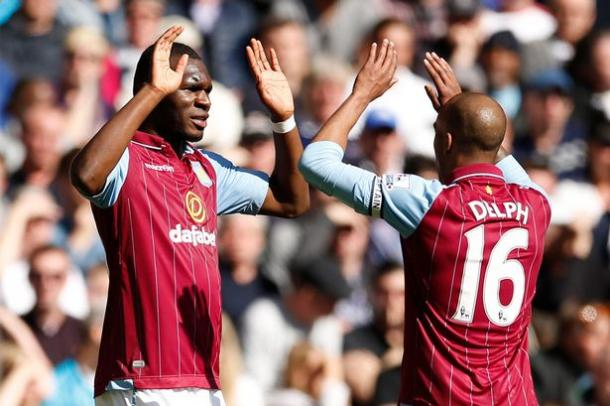 Benteke y Delph en un partido con el Aston Villa en la 14/15. / Fuente: i1.mirror.co.uk