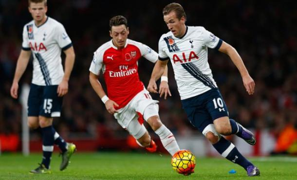 Ozil insegue Kane - Foto: Getty images