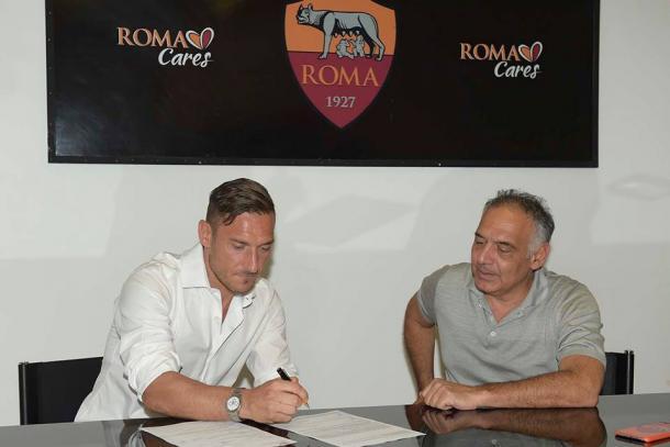Ao lado de James Pallotta, presidente da Roma, Totti assina seu novo contrato com o clube (Foto: Divulgação/Roma)