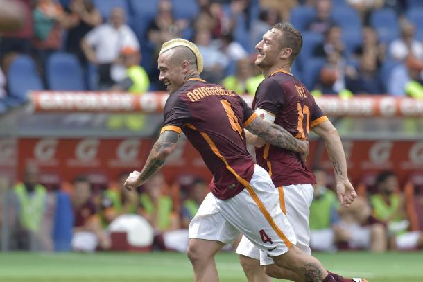 Radja Nainggolan et Francesco Totti ont la banane après le 3ème signé Miralem Pjanic (Source: asroma.com)