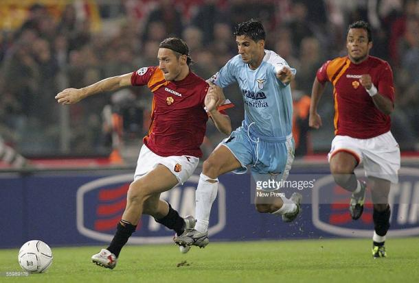 Totti y Klose, dos delanteros históricos en sus equipos pelean por un balón