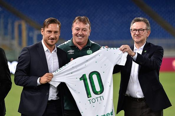 Hoje dirigente, o ex-jogador Totti recebeu uma camisa personalizada da Chapecoense (Foto: Paolo Bruno/Getty Images)