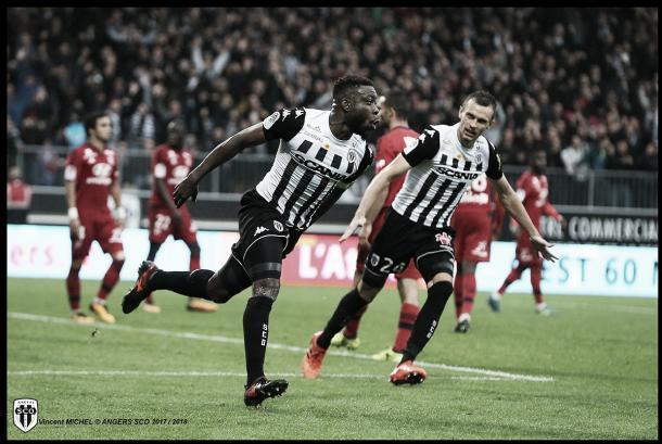 Traoré festeja el gol del empate. Foto: twitter.com/AngersSCO