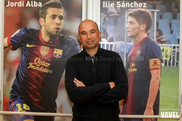 Andrés Manzano posa junto a las imágenes de Ilie y Jordi Alba en el Nou Municipal | Foto: Gerard Franco - VAVEL