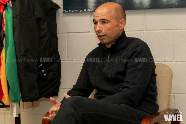 El director técnico de la UE Cornellà, atendiendo a VAVEL | Foto: Gerard Franco - VAVEL