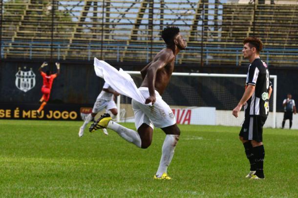 Gustavo Vintecinco comemorou o gol da virada com a torcida (Foto: João Carlos Nascimento/O Liberal)
