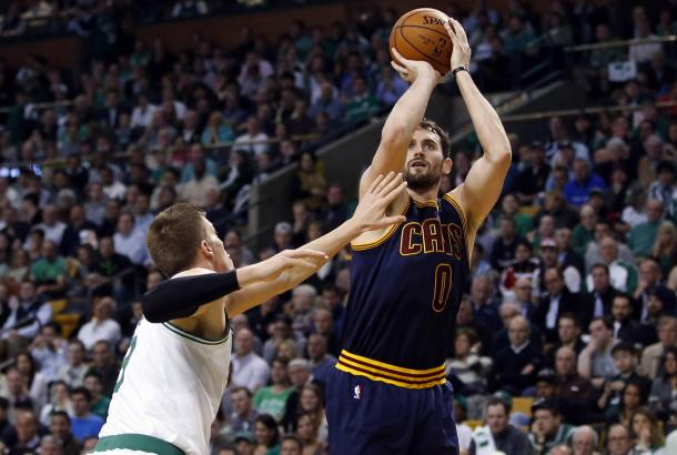 Kevin Love lanzando frente a Jerebko. | Fotografía: USA TODAY Sports
