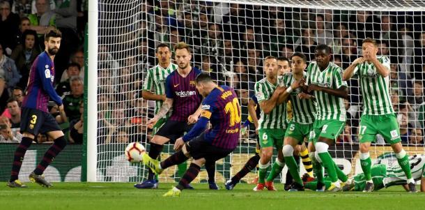 Messi marcando su golazo de tiro libre  Foto: Clarín