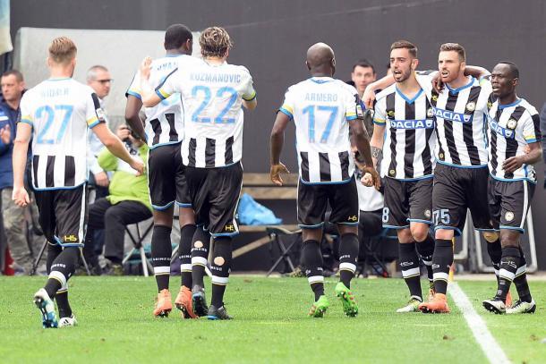 La squadra esulta contro il Napoli. Fonte: www.facebook.com/UdineseCalcio1896