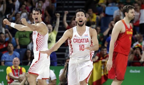 Roko Leni Ukic y Dario Saric celebrando la victoria ante España en los JJOO de Río 2016 (Foto: Eric Gay)