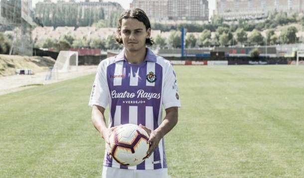 Enes Ünal posa como nuevo jugador del Real Valladolid / Fuente: Real Valladolid