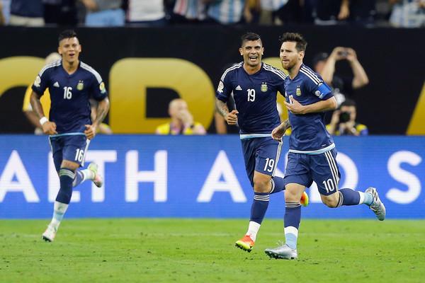 Messi otra vez desplegó su magia e hizo sencillo, lo que para otros es difícil. Foto: Zimbio.