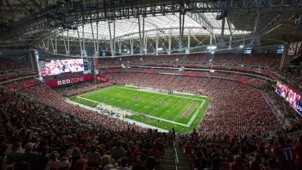 O University of Phoenix Stadium com o teto retrátil ativado (Foto: Getty Images)