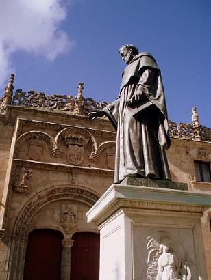Estatua de Fray Luis de León frente a la Fachada del Hospital del Estudio. Salamanca (Imagen: Shirazc. Flickr, vía Wikimedia Commons)