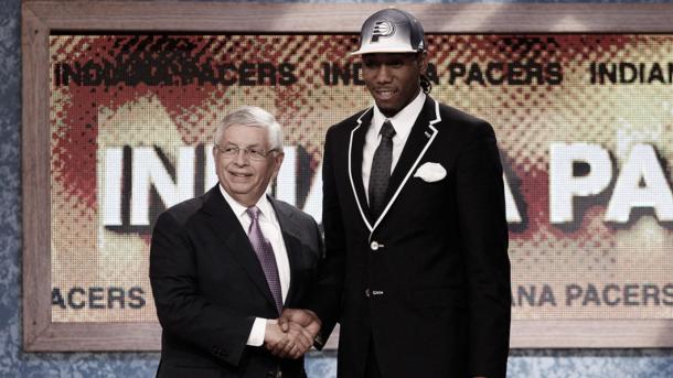 Kawhi junto al entonces Comisionado de la NBA, David Stern, luego de ser elegido por los de Indianápolis. Fuente: Grantland.com