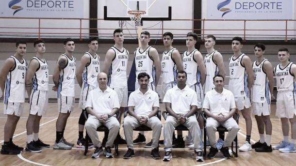 El cuerpo técnico junto a los basquetbolistas en la foto institucional. Fuente: CABB