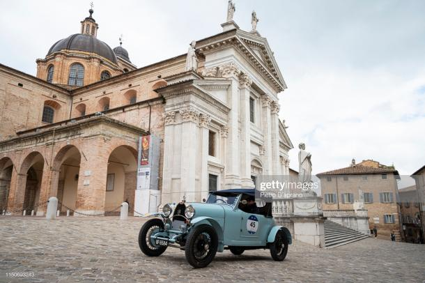 Un automóvil, Bugatti Type 40, pasa por el centro de la ciudad de Urbino durante la 1000 Carretera Histórica Miglia el 16 de mayo de 2019 en Urbino, Italia. / Descripción y foto: Getty Images, Pietro D'aprano
