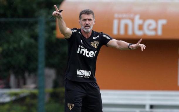 Vagner Mancini comandando o treino da equipe (Foto: Rubens Chiri/São Paulo FC)