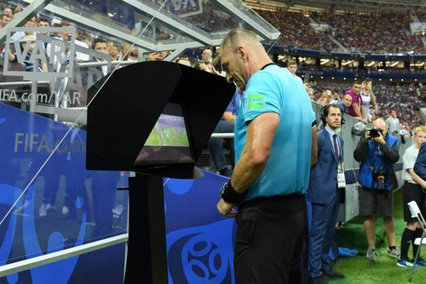 El árbitro Néstor Pitana revisando las imágenes polémicas durante un partido en el Mundial de Rusia 2018. Foto: elpais.com