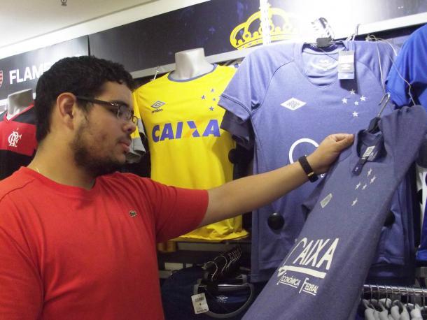 Higor não mede esforços para adquirir produtos do Cruzeiro (Foto: Isabelly Morais/VAVEL Brasil)