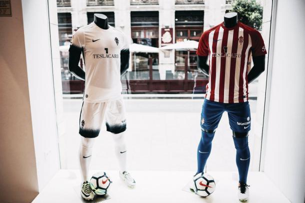 Imagen de las nuevas equipaciones en la tienda oficial del RSG: A la izquierda, la segunda equipacion; a la derecha, la primera // Imagen: RSG