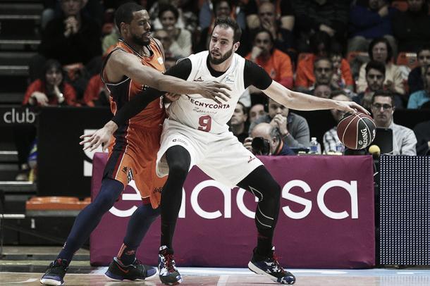 Dragovic intenta superar al poste a Thomas/ Foto: Basket Zaragoza