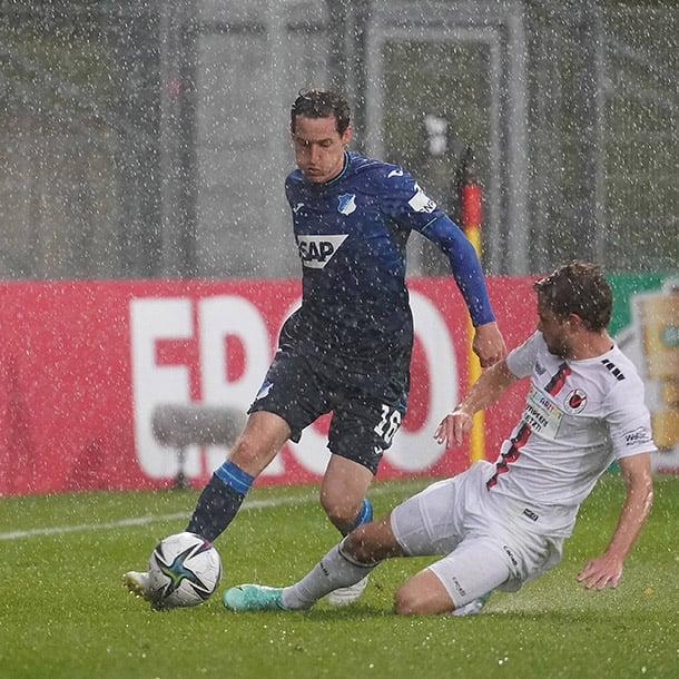 Encuentro parejo con el condimento de la lluvia / foto: @DFB_Pokal