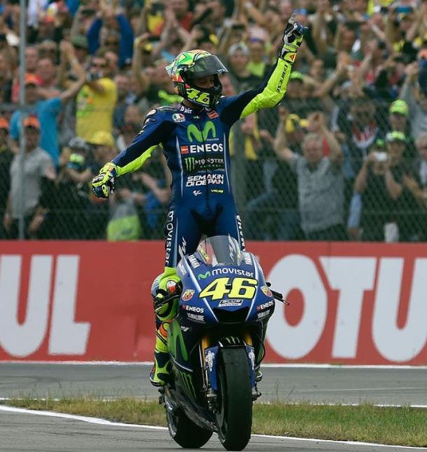 Rossi celebrando una victoria junto a Yamaha. | Fuente: MotoGP