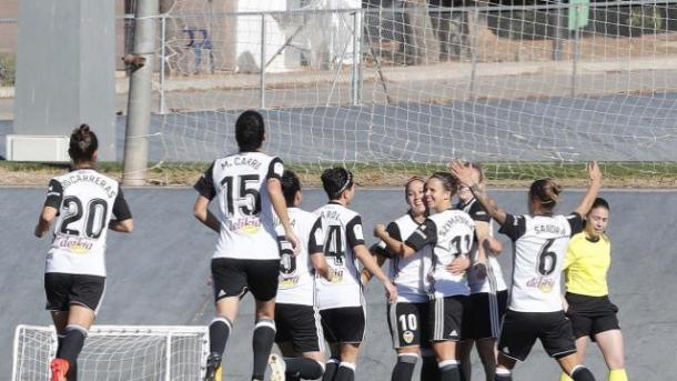 Celebración de uno de los goles valencianistas del choque de la primera vuelta. Fuente: Liga Iberdrola.