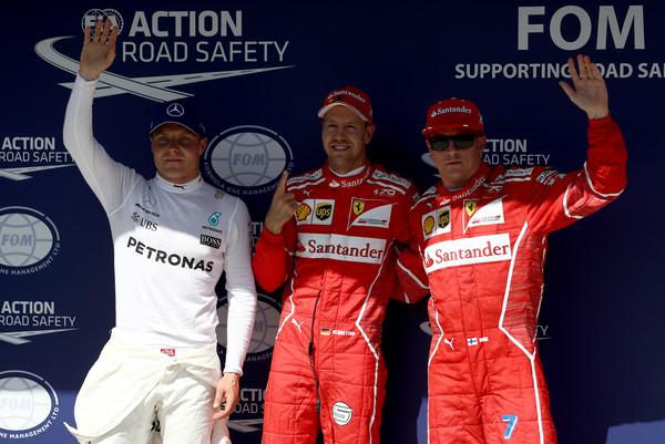 Valtteri Bottas después de la clasificación con los pilotos de Ferrari. Fuente: Getty Images
