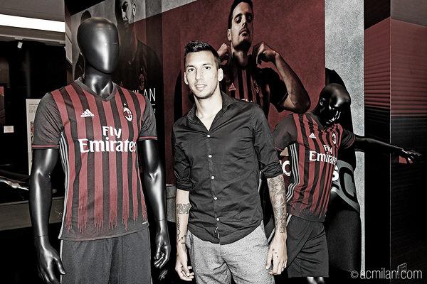 Vangioni durante sua visita ao museu do Milan (Foto: Divulgação/Milan)