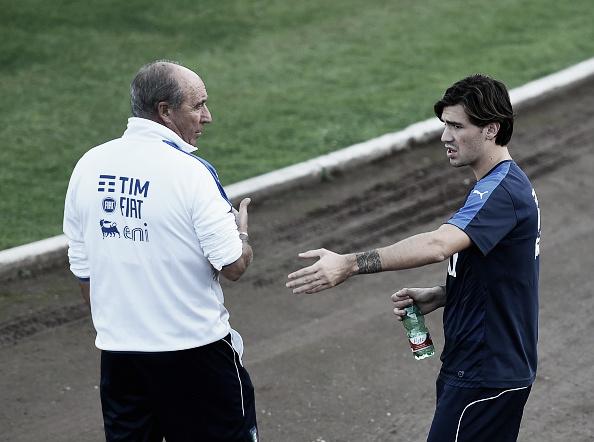 Ventura, treinador da Itália, conversa com Romangoli (Foto: Claudio Villa/Getty Images)