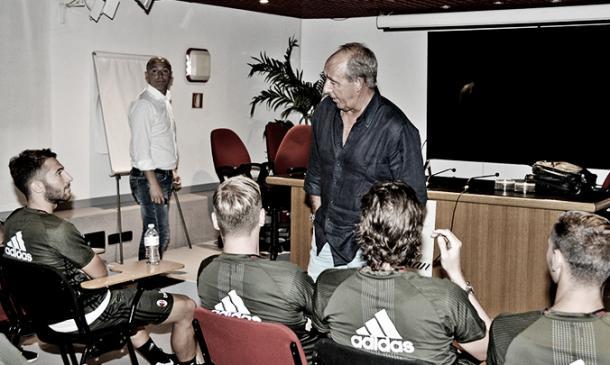 Ventura conversa com os jogadores em Milanello (Foto: Divulgação/Milan)