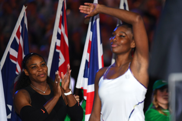 Sisterly love: Venus Williams applauds the crowd while Serena claps for her | Photo: Quinn Rooney/Getty Images AsiaPac