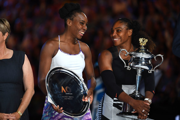 Champion Serena (R) and runner-up Venus Williams pose and laugh with their respective trophies during the trophy ceremony after the final of the 2017 Australian Open. | Photo: Scott Barbour/Getty Images