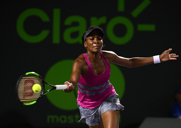Venus Williams reaches out for a shot | Photo: Rob Foldy/Getty Images North America