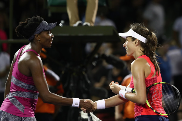 Venus Williams and Johanna Konta meets at the net after the match | Photo: Julian Finney/Getty Images North America