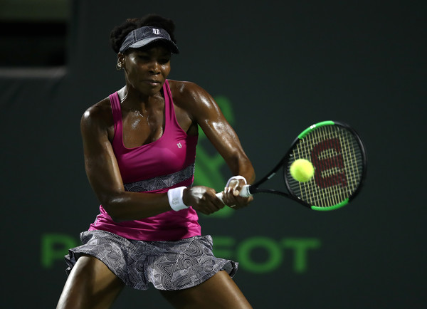 Venus Williams hits a backhand | Photo: Julian Finney/Getty Images North America