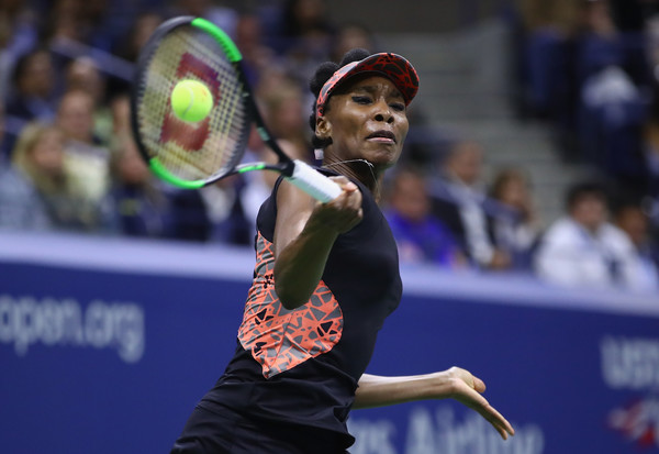 Venus Williams hits a forehand during her semifinal match against Sloane Stephens at the 2017 U.S. Open. | Photo: Clive Brunskill/Getty Images