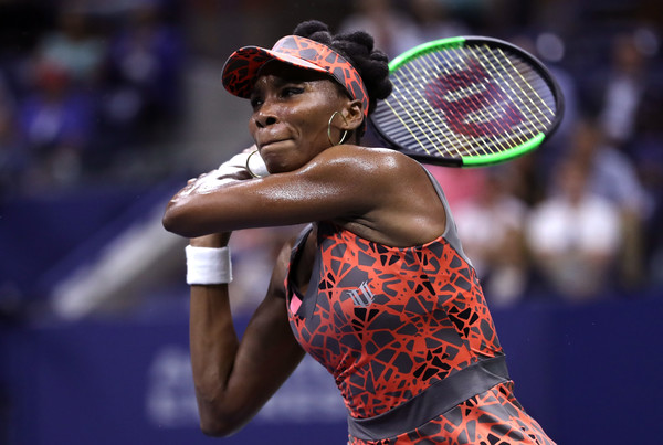 Venus Williams hits a backhand | Photo: Matthew Stockman/Getty Images North America