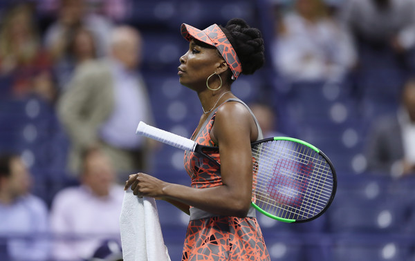 Venus Williams walks to her chair during a changeover | Photo: Elsa/Getty Images North America