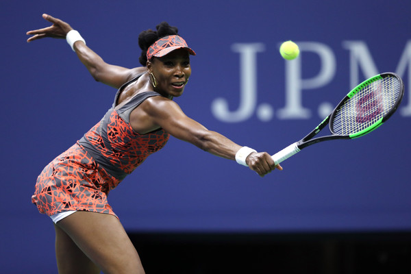 Venus Williams finally converts a break point in the sixth game | Photo: Elsa/Getty Images North America
