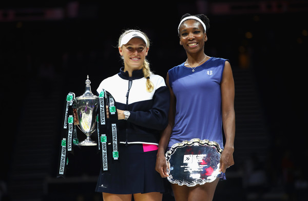 Venus Williams and Caroline Wozniacki poses during the trophy ceremony | Photo: Clive Brunskill/Getty Images AsiaPac