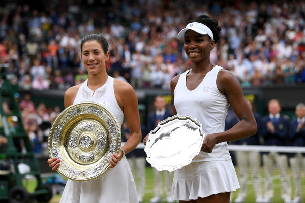 Garbiñe Muguruza and Venus Williams pose with their respective trophies after their 2017 Wimbledon final. | Photo: Shaun Botterill/Getty Images