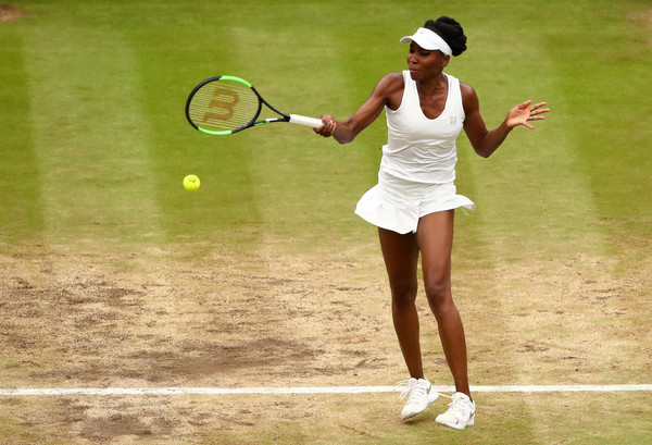 Venus Williams hits a forehand during the 2017 Wimbledon final. | Photo: Clive Brunskill/Getty Images