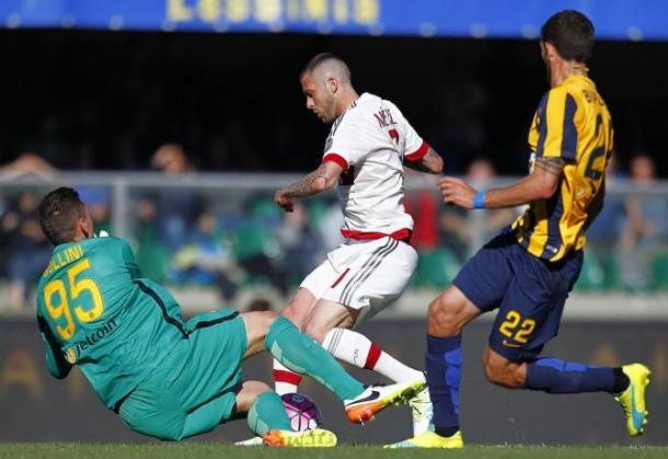 Menez in azione durante Verona-Milan, calcioweb.eu