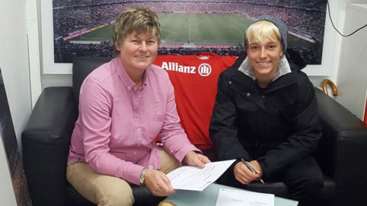Falknor signs her 18-month contract with the German club. | Photo: FC Bayern Munich